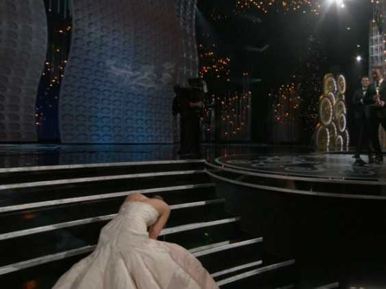 jennifer-lawrence-fell-walking-on-stage-to-receive-her-oscar-for-best-actress.jpg